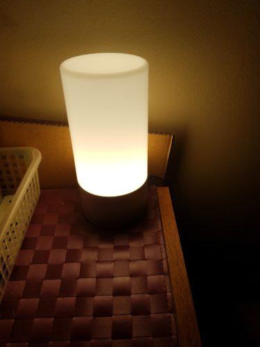Lampe aukey jaune blanc en cours de changement