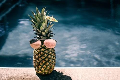 Photo d'un ananas avec des lunettes pour illustré mon article de banque d'images gratuites